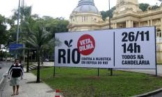 Cartaz colocado em frente ao Palácio Guanabara, convoca para passeata Foto: Agência O Globo / Marcelo Piu