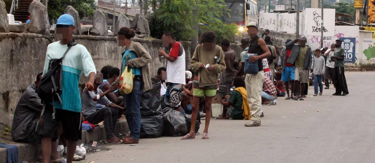 Viciados em crack voltam a ocupar área junto à Favela Parque União Foto: Cézar Loureiro / O Globo