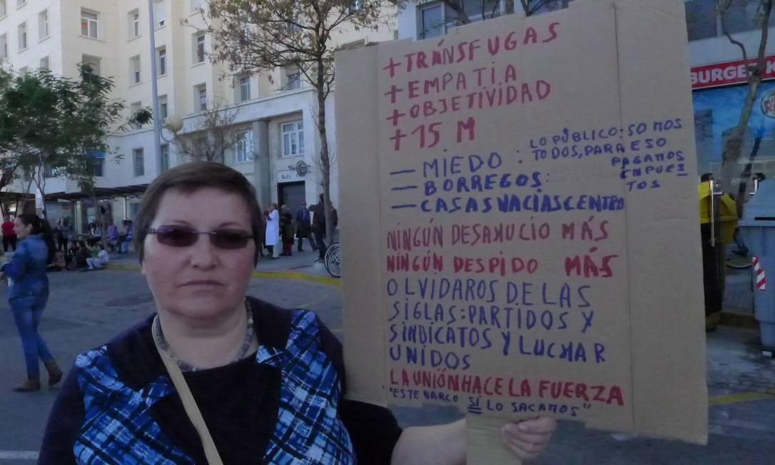 """Camareira de um sofisticado de Cádiz, Yolanda Oliveira Maritn perdeu o salário este mês: está suspensa por 30 dias por ter se recusado a trabalhar fora do horário pago de trabalho. Ela diz que as camareiras são pagas por 4 horas de trabalho, no papel, mas trabalham o dia inteiro. Yolanda ganha entre 400 e 600 euros por mês e chora falar sobre a situação da Espanha. """"Estamos cada vez pior, temos que nos unir para sair do fundo do poço. Cadiz é muito bonito, mas há muita miséria""""."""