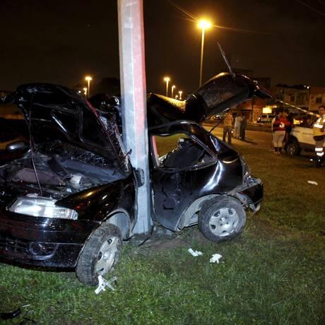 Carro envolvido no acidente na Barra ficou completamente destruído Foto: Felipe Hanower / O Globo