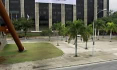Faixa, colocada no prédio da prefeitura, convoca para passeata pelos royalites Foto: Agência O Globo / Marcelo Piu