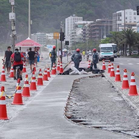 Obra de baia de ônibus na Avenida Delfim Moreira, no Leblon, em 14/11/2012 Foto: Pedro Kirilos / O Globo