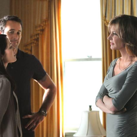 A atriz (à direita) vive a mãe do detetive McGarrett (Alex O'Loughlin) Foto: Divulgação