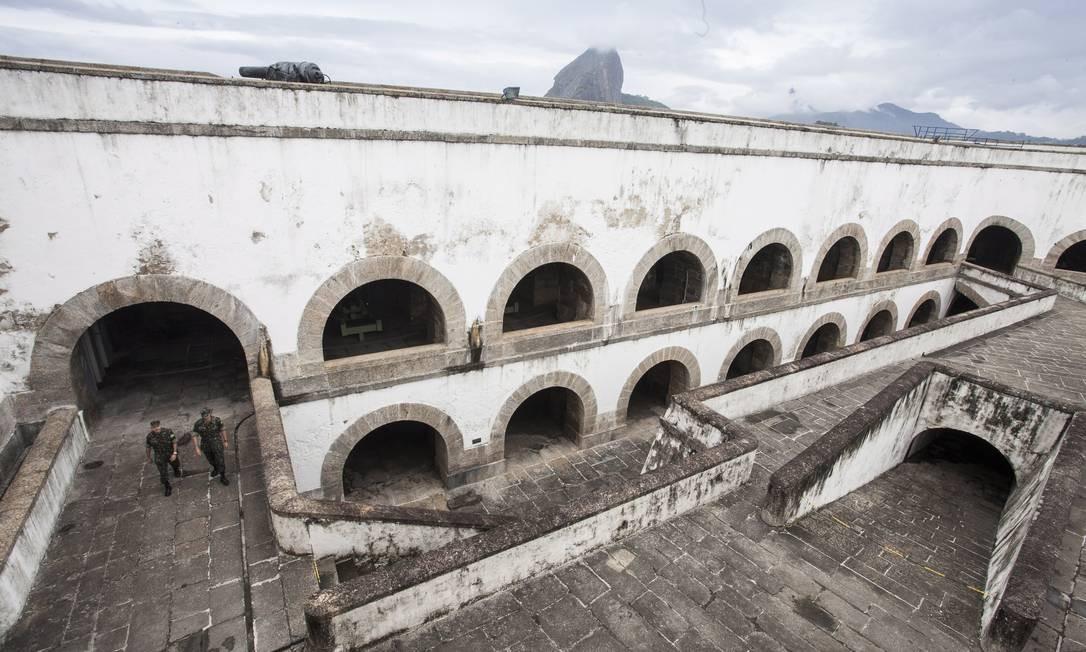 Cruzar os portões da Fortaleza de Santa Cruz, no fim da Praia de Jurujuba, é como voltar ao passado Foto: Daniela Dacorso / O Globo