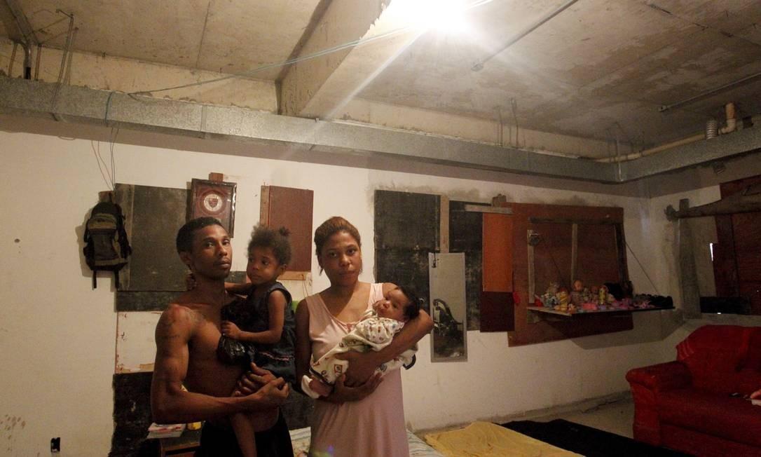 """Ocupação. Bruna com o marido e as filhas no prédio inacabado da creche-modelo: """"Não temos para onde ir"""" Foto: Marcelo Piu / O Globo"""