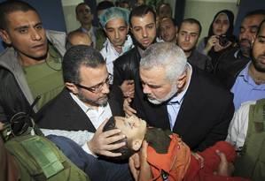 Imagem da morte. Premier do Hamas, Ismail Haniyeh, segura corpo de bebê morto em ataque atribuído a Israel Foto: Mahmud Hams/AP