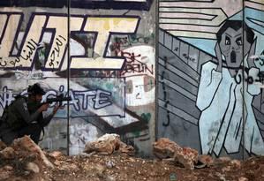 Soldado israelense em vigia na Cisjordânia Foto: AFP