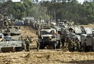 Tanques israelenses estcionados na fronteira com a Faixa de Gaza Foto: JACK GUEZ / AFP