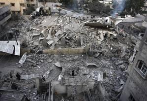 O quarto dia de confrontos entre o Hamas e Israel começou com o bombardeio ao gabinete do premier do grupo palestino na Faixa de Gaza, ninguém se feriu, porque o prédio estava vazio, dizem autoridades israelenses Foto: Majed Hamdan / AP