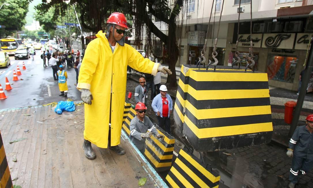 Blocos de concreto são usados para fechar faixa da avenida Foto: Ivo Gonzalez / O Globo