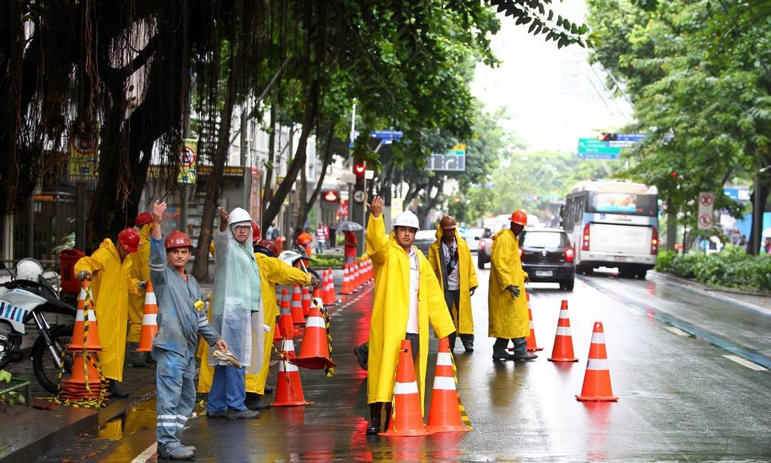 Oitenta agentes da CET-Rio participaram da operação para fechar trechos da via Foto: Ivo Gonzalez / O Globo