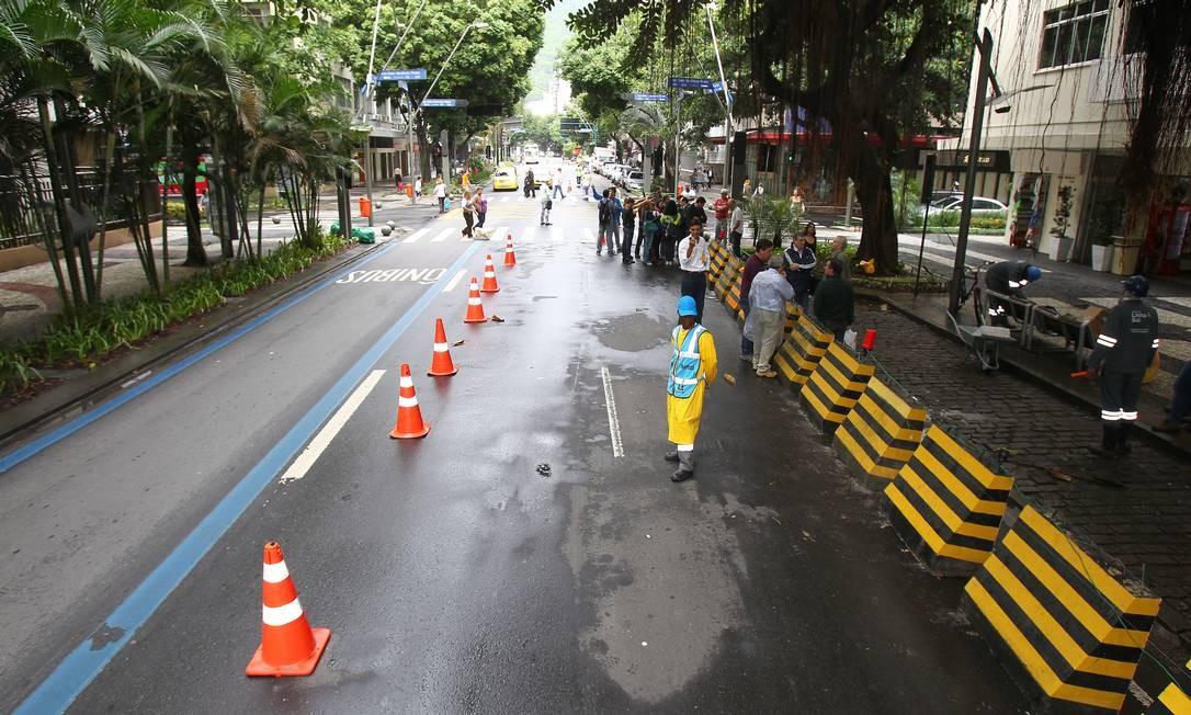 Apesar das interdições, trânsito fluiu normalmente no Leblon Foto: Ivo Gonzalez / O Globo