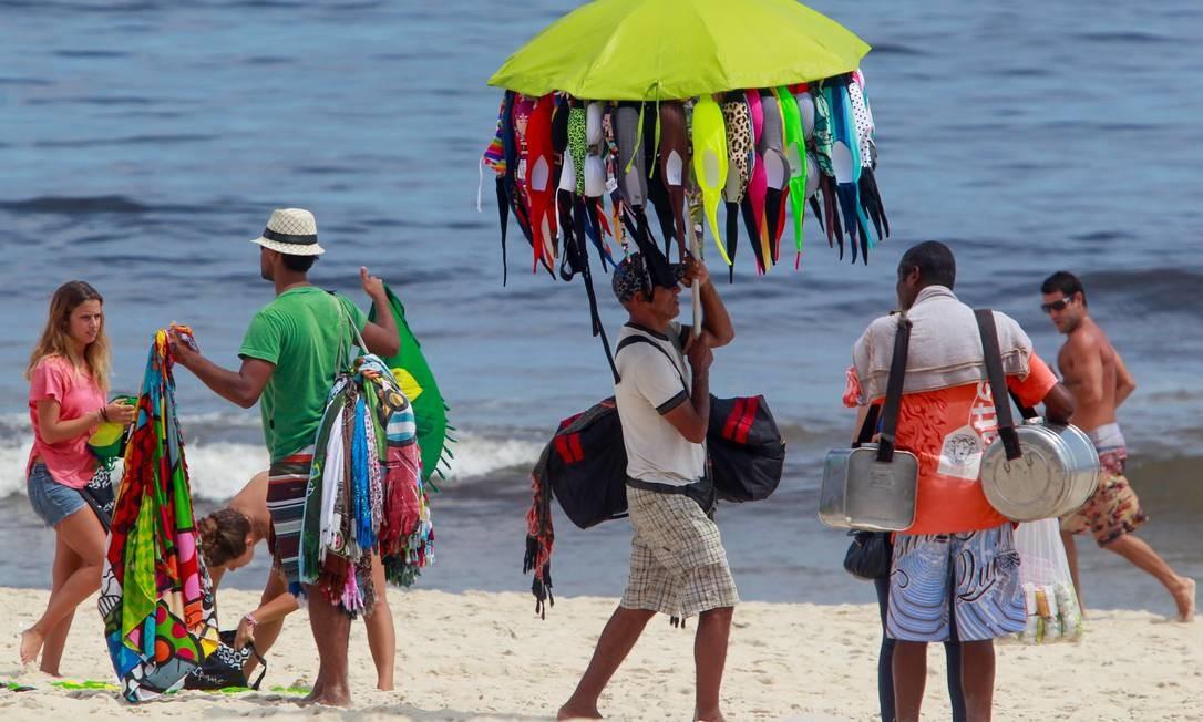 Lucros à beira-mar. Vendedores de cangas, biquínis e mate percorrem a areia oferecendo seus produtos aos banhistas: mais de mil ambulantes trabalham em cerca de 70 praias cariocas, movimentando a economia Foto: Pedro Kirilos