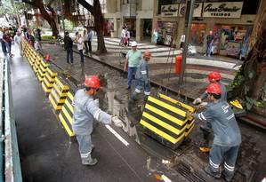 Sem carros. Faixa da esquerda é interditada em dois pontos da Avenida Ataulfo de Paiva, no Leblon. Fechamento total será no próximo sábado Foto: Ivo Gonzalez