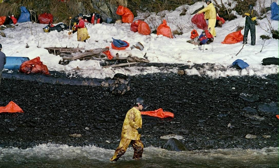 Limpeza. Trabalhadores tiram o óleo derramado pelo Exxon Valdez, em 1989 Foto: Chris Wilkins/AFP/2-4-1989