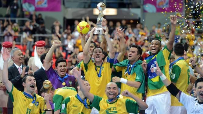 Capitão Vinícius ergue a taça e os jogadores brasileiros fazem a festa na  comemoração Foto  afe5d706ef094