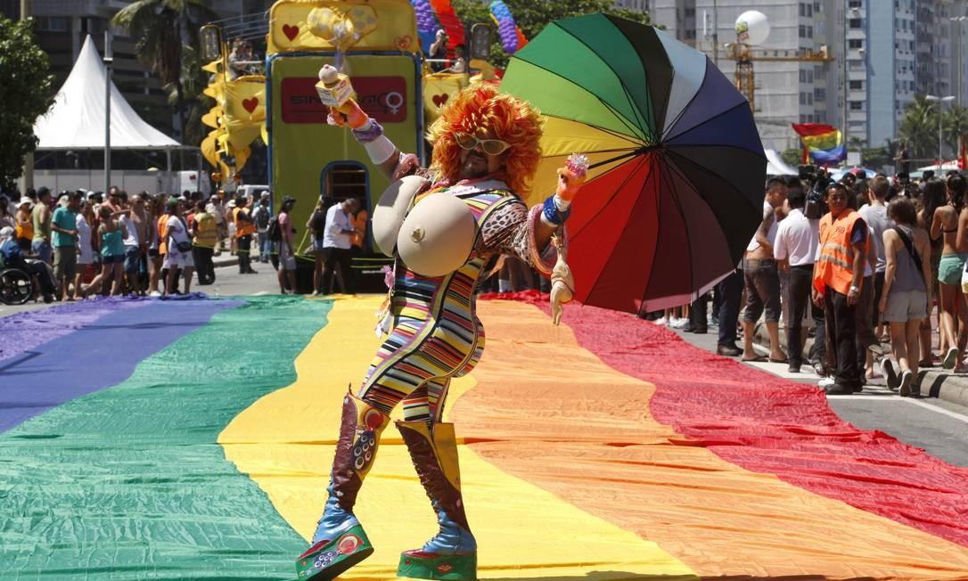 Considerada a terceira maior festa da cidade, a Parada LGBT faz um alerta contra a homofobia Foto: Mônica Imbuzeiro