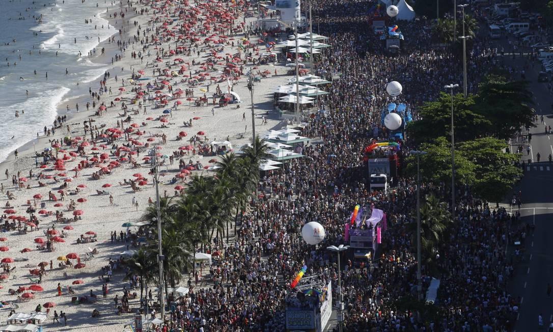 Segundo representantes do evento, a Parada LGBT reuniu cerca de um milhão de pessoas Foto: Mônica Imbuzeiro