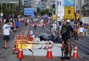 Adaptação . Ciclistas e pedestres passeavam ontem pela orla do Leblon desviando das obras dos pontos de ônibus Foto: Pedro Kirilos
