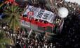 Carro da Parada Gay exibe a faixa a Campanha Veta, Dilma, em defesa dos royalties do Rio