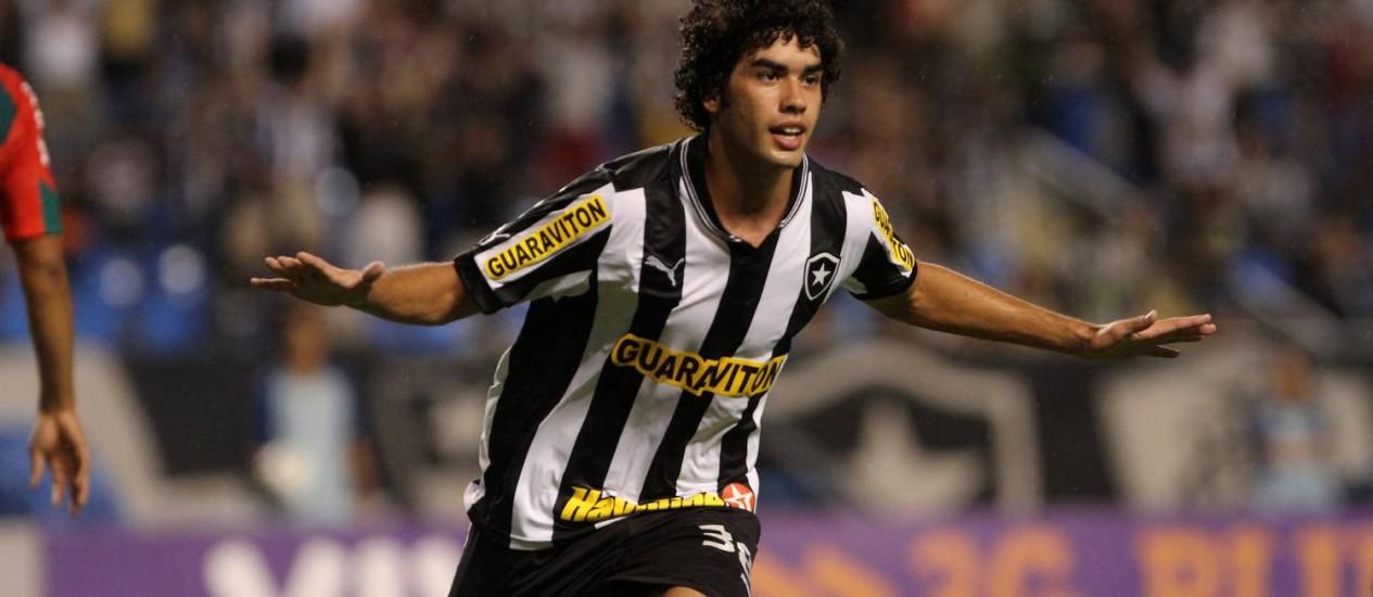Bruno Mendes comemora seu gol conra a Portuguesa, no Engenhão Foto: Rafael Moraes / 10.11.2012 / Extra