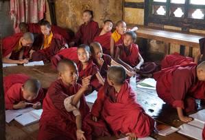 Aula de inglês no mosteiro, no Butão Foto: Luciana Castello Branco / Especial para O Globo