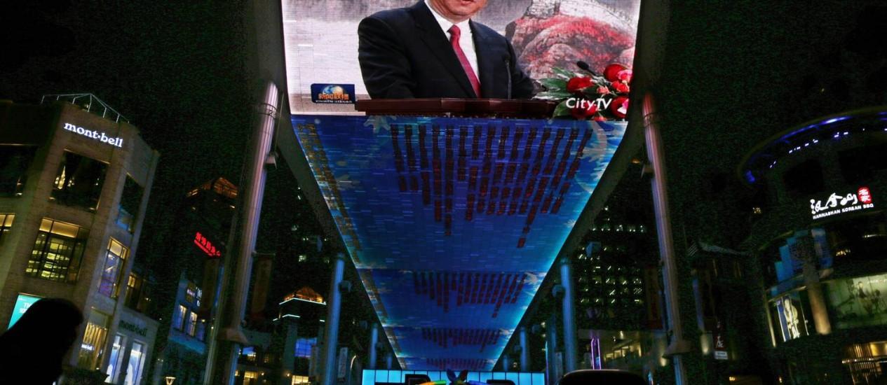 Novo líder: telão transmite discurso de Xi Jinping, novo secretário-geral do Partido Comunista Chinês e futuro presidente do país Foto: AP/Vincent Yu/Arquivo