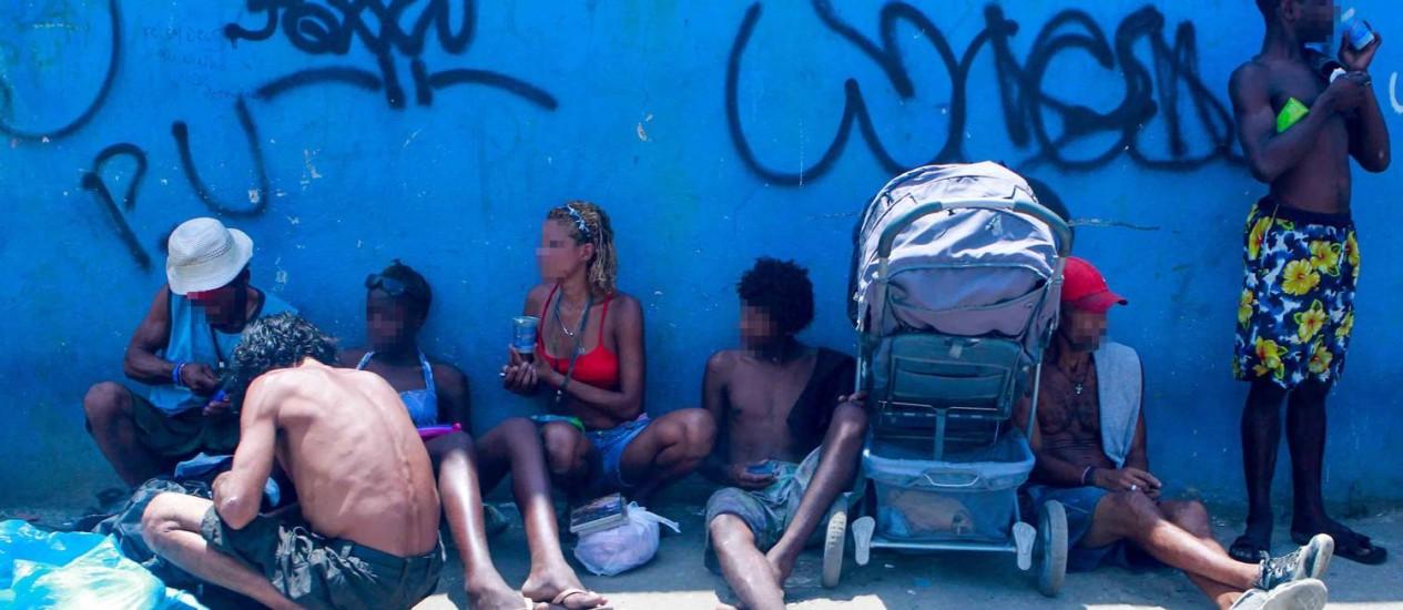 Viciados reunidos num ponto de consumo da droga próximo à Avenida Brasil, perto da entrada da Ilha do Governador, na Zona Norte: problema recorrente, apesar das operações frequentes feitas pela prefeitura no local Foto: Pedro Kirilos / O Globo