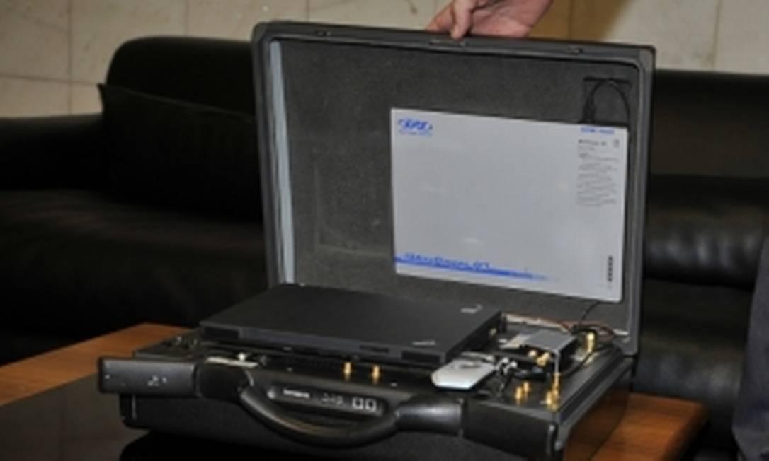 O aparelho, semelhante a uma maleta, detecta com precisão o local onde está o celular Foto: Agência Brasil