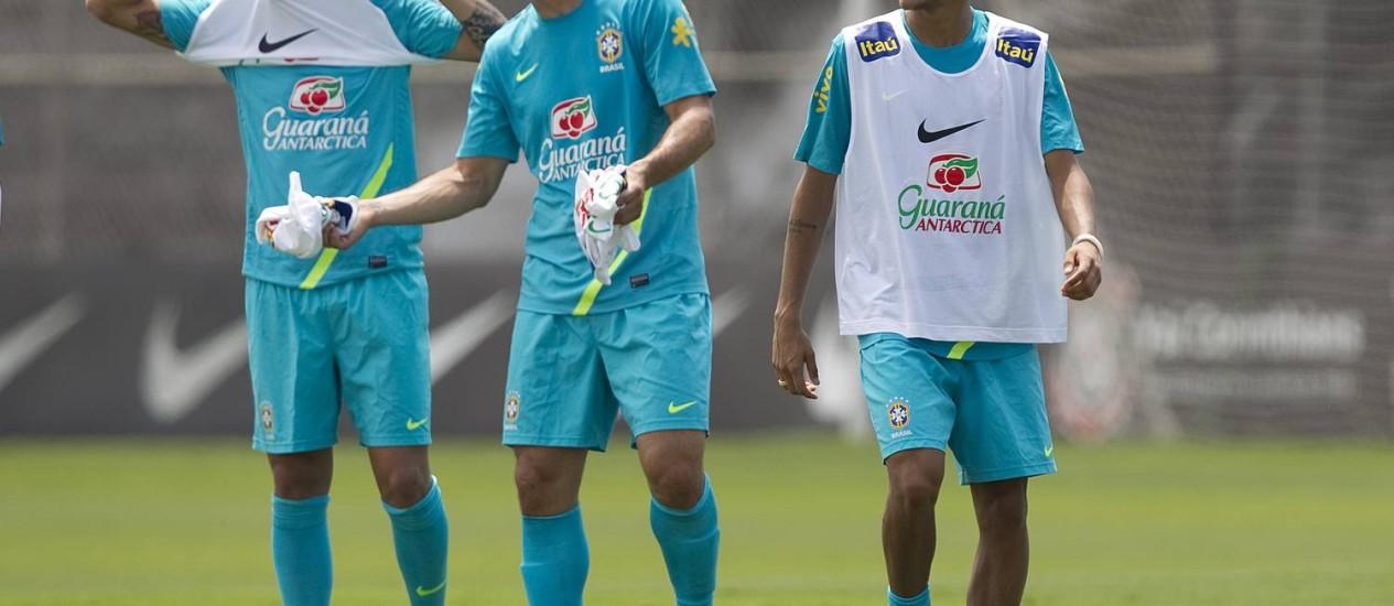 Fábio Santos, Fred e Neymar em clima descontraído durante o treino da seleção Foto: AP Photo
