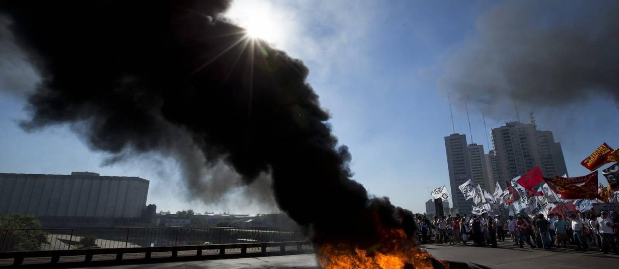 Trabalhadores atearam fogo em pneus para bloquear ponte em Buenos Aires Foto: Victor R. Caivano / AP