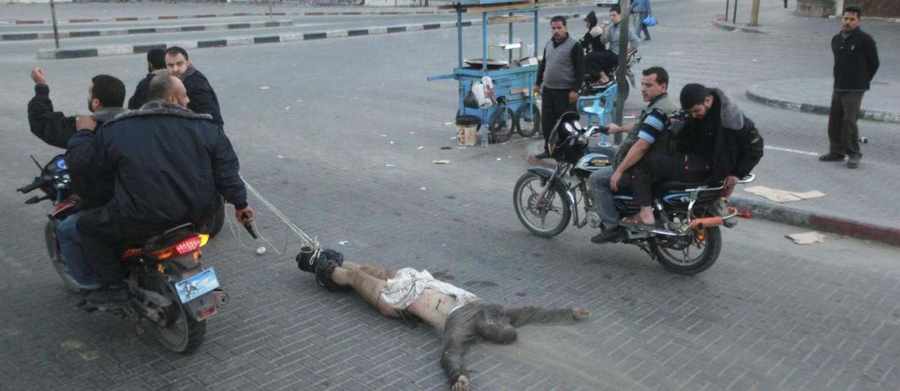 Um dos corpos foi arrastado pelas ruas da Cidade de Gaza Foto: MOHAMMED SALEM / Reuters