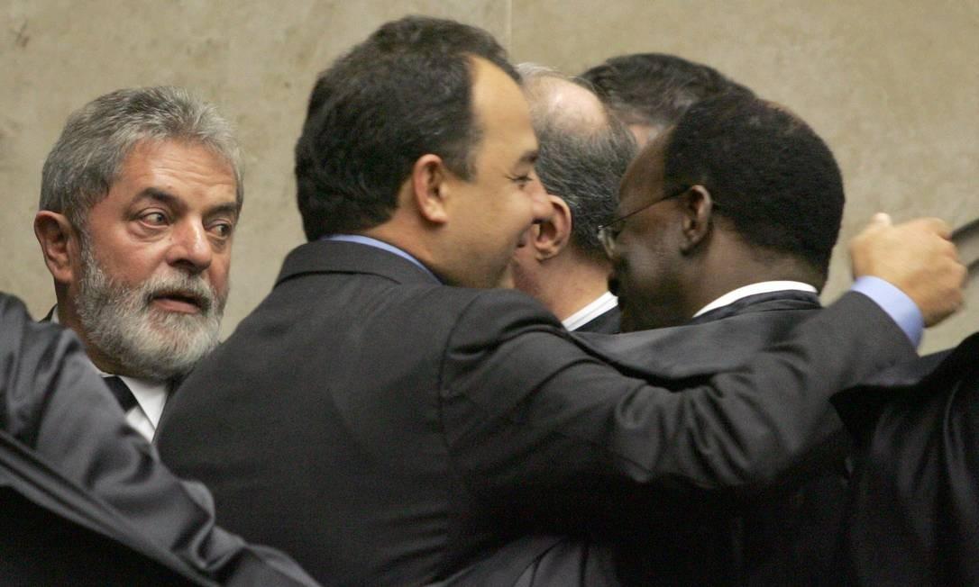 Em 2007, na cerimônia de posse do ministro Carlos Alberto Menezes Direito, Joaquim recebe cumprimentos de Sérgio Cabral, ao lado de Lula Foto: Agência O Globo / Ailton de Freitas