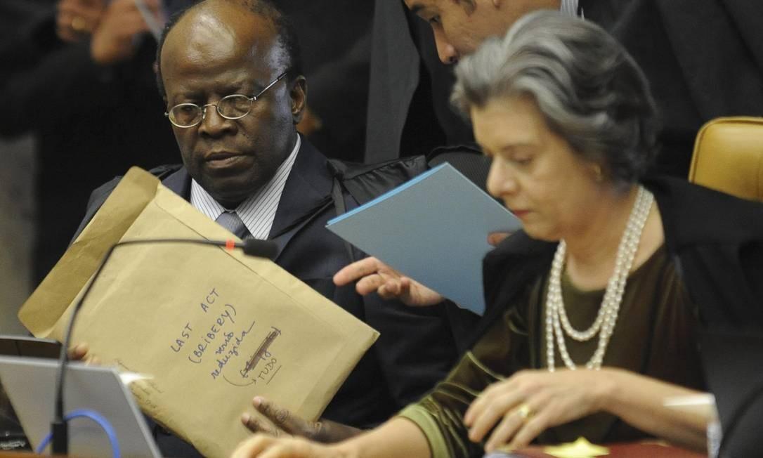 """Envelope de Barbosa durante julgamento do mensalão: """"Último ato (propina)"""" Foto: Agência Brasil"""