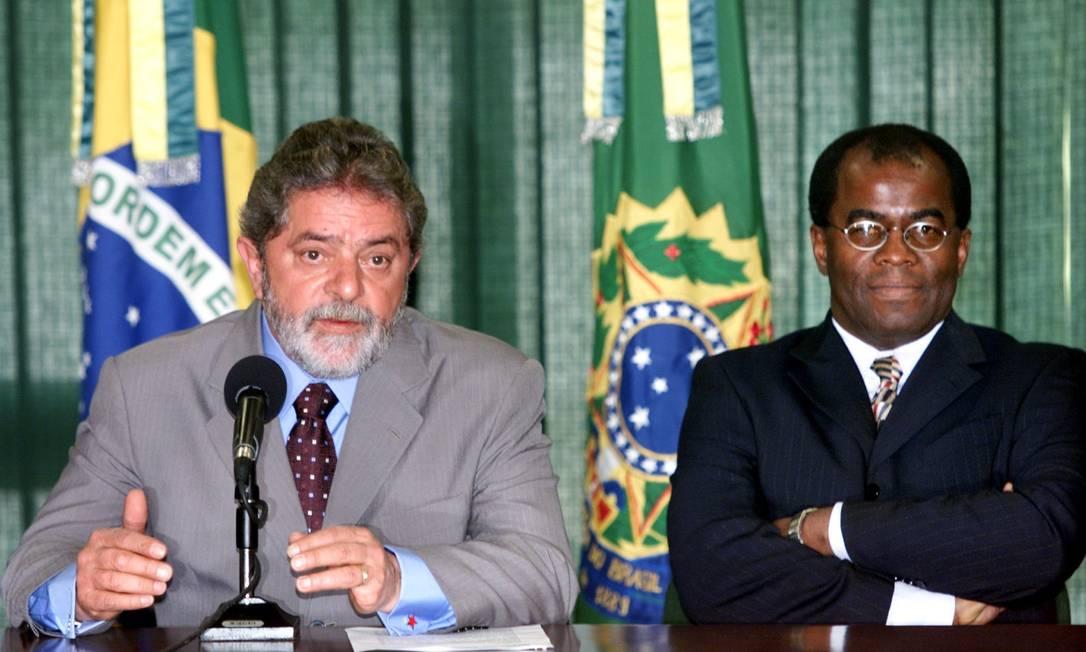 Novidade no Supremo. Barbosa ao lado de Lula, na solenidade de nomeação ao STF, por indicação do próprio ex-presidente, que buscava um negro para um cargo representativo Foto: Jamil Bittar/Reuters/7-5-2003