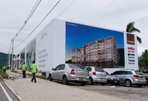 Venda irregular. O estande de vendas do condomínio Frames Residence, no Recreio: 720 apartamentos e 20 lojas Foto: Pedro Kirilos / O Globo