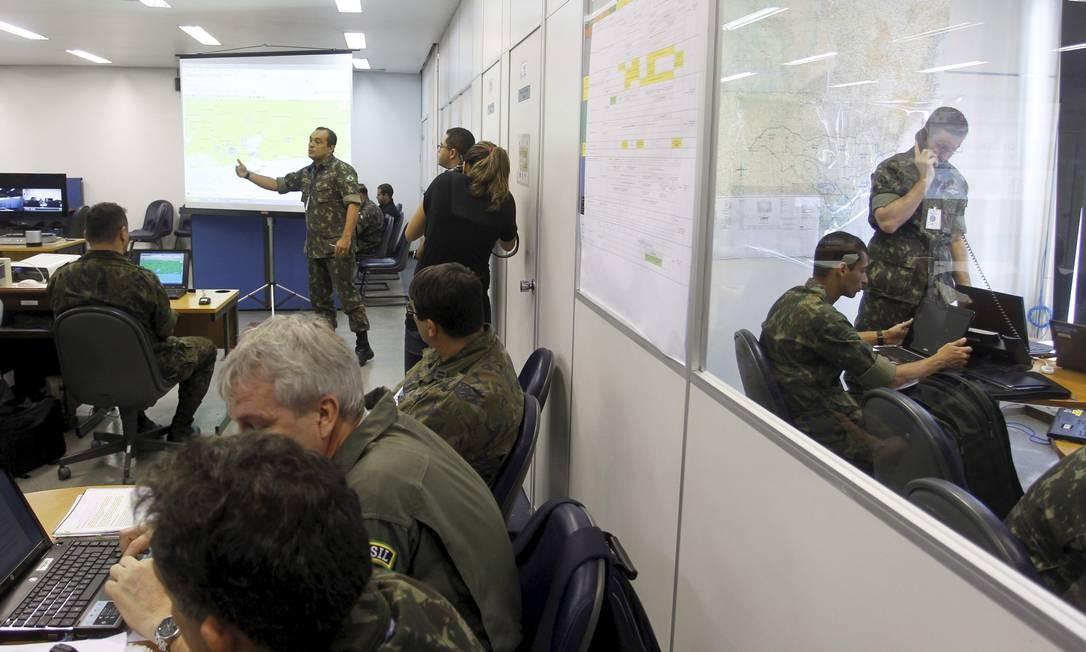 Defesa. Militares explicam ação de proteção a riquezas estratégicas Foto: Marcelo Carnaval / O Globo