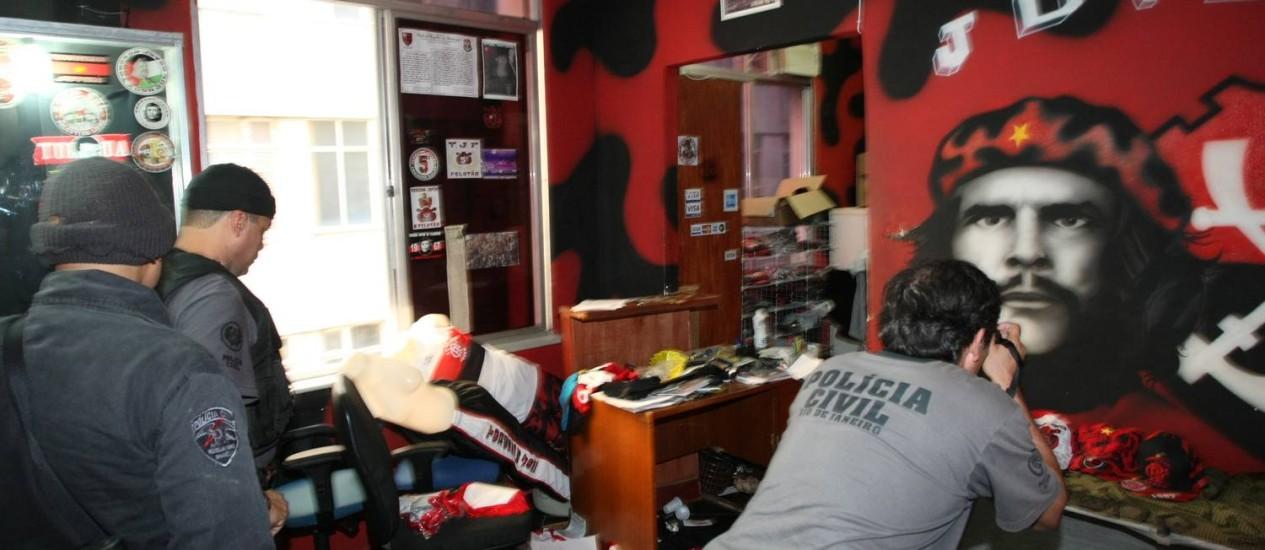 Polícia revista a casa de presidente da Torcida Jovem do Flamengo, em Quintino Foto: Fernando Quevedo / O Globo