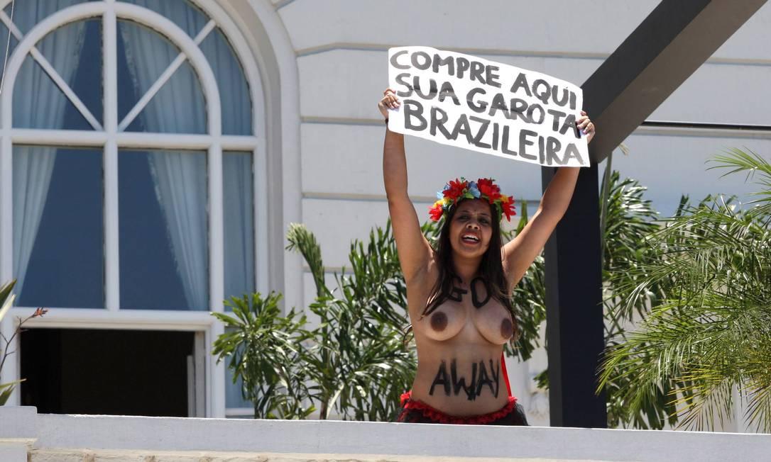 Duas ativistas brasileiras do grupo Femen invadiram, na manhã desta quinta-feira, o Hotel Copacabana Palace, na Zona Sul do Rio, para realizar um protesto contra o turismo sexual Guilherme Pinto / Extra