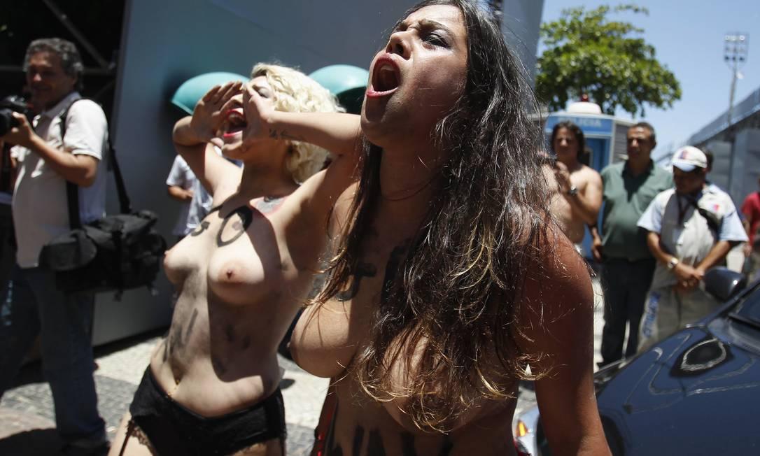 Esse foi o primeiro protesto do Femen no Rio. Já houve manifestações do grupo em São Paulo, Minas Gerais e Brasília. O Femen é um grupo ucraniano de protesto, fundado em 2008. A organização tornou-se famosa por usar topless em protestos Pilar Olivares / Reuters