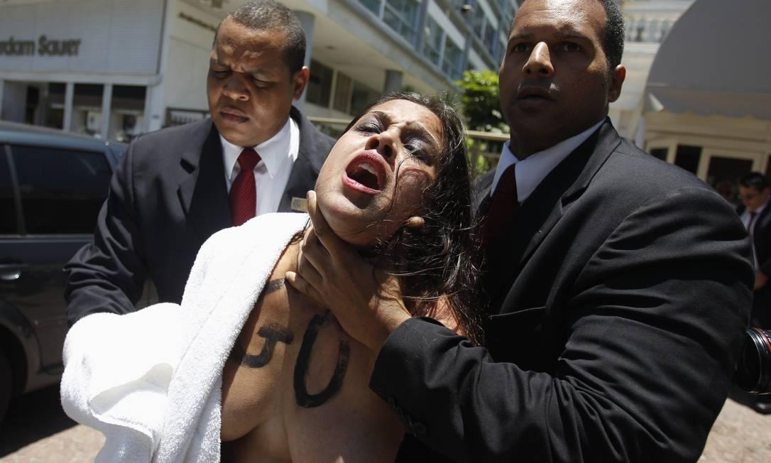 Seguranças retiram manifestante do hotel Pilar Olivares / Reuters