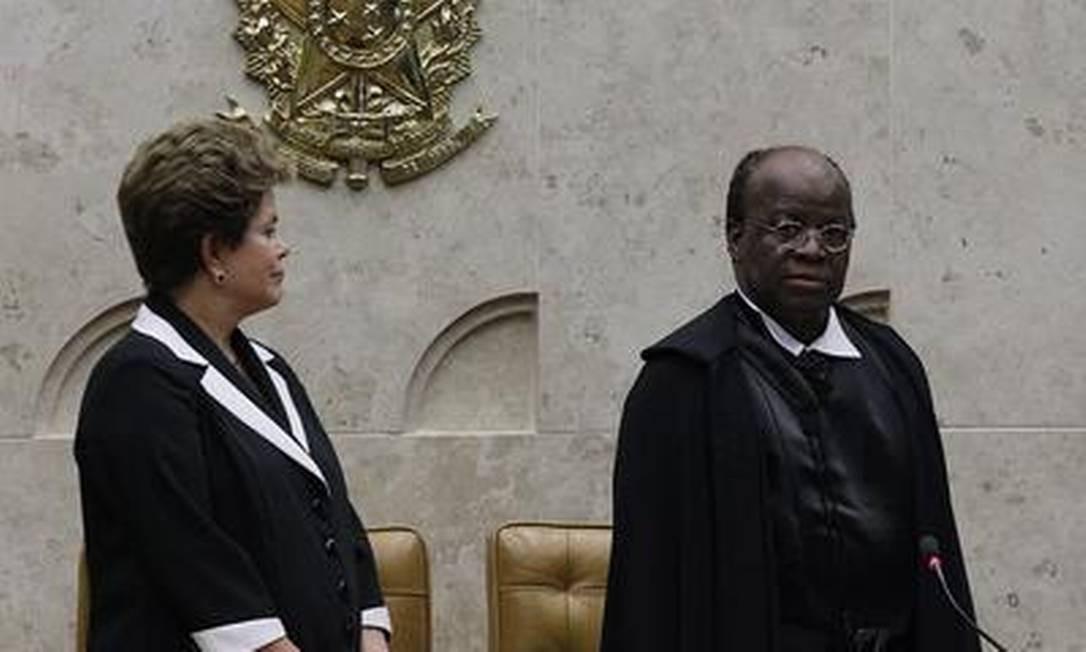 A presidente Dilma Rousseff ao lado do ministro Joaquim Barbosa na cerimônia de posse na presidência do STF Foto: O Globo / André Coelho