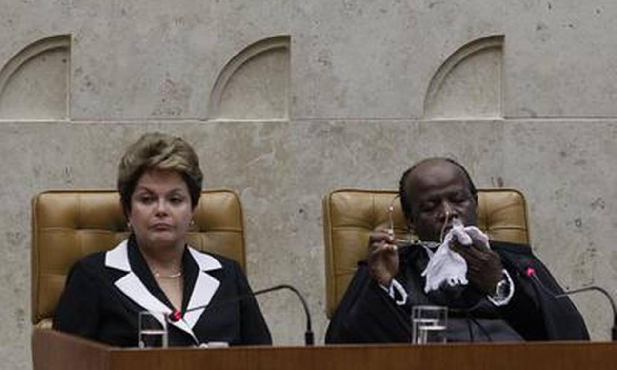 Já posicionados, a presidente da República ao lado do novo presidente do STF Foto: O Globo / André Coelho