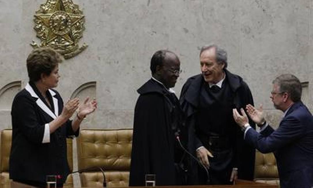 O novo presidente do STF, ministro Joaquim Barbosa, é aplaudido pelo também ministro Ricardo Lewandowski, pela presidente Dilma e pelo presidente da Câmara, deputado federal Marco Maia Foto: O Globo / André Coelho