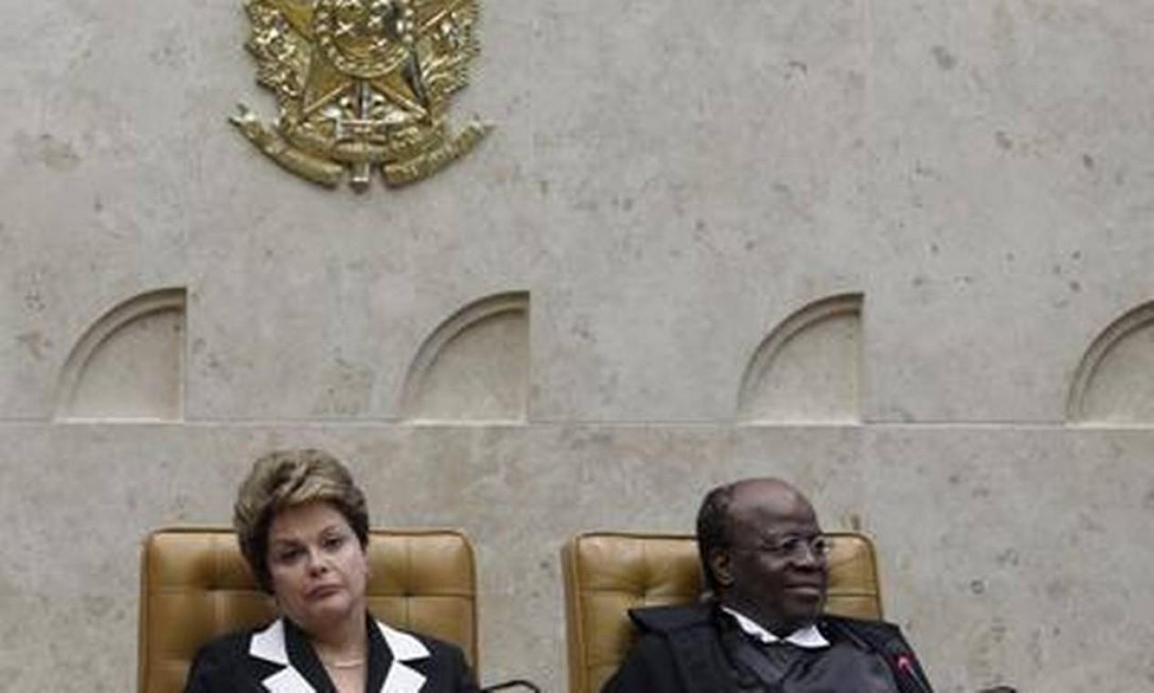 A presidente Dilma esteve o tempo todo ao lado do ministro Joaquim Barbosa Foto: O Globo / André Coelho