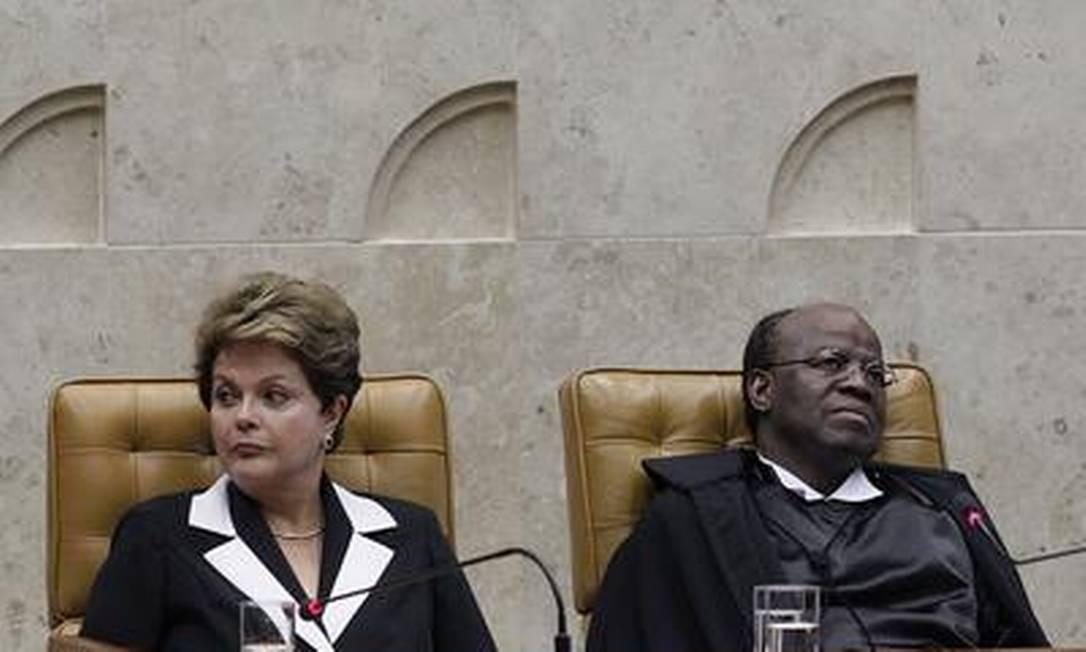 A presidente Dilma Rousseff e o novo presidente do STF, ministro Joaquim Barbosa Foto: O Globo / André Coelho