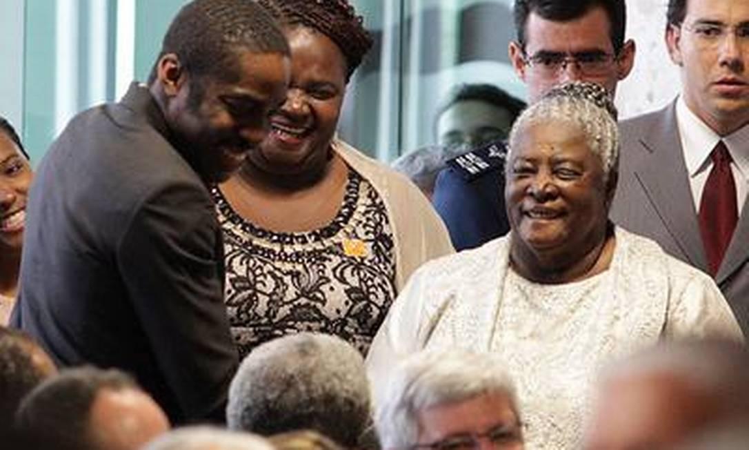 O ator Lázaro Ramos cumprimenta familiares do novo presidente do STF, entre eles, a mãe do ministro Joaquim Barbosa (de branco) O Globo / André Coelho