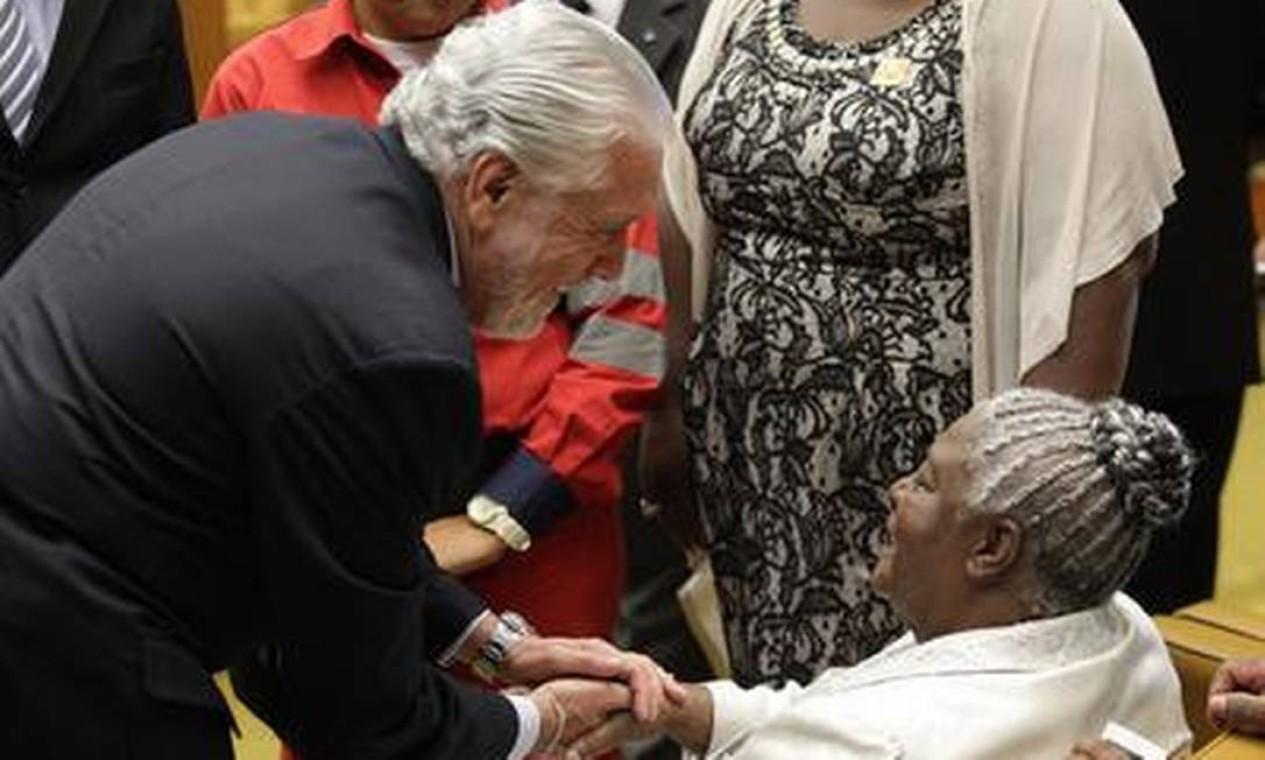 O governador da Bahia, Jaques Vagner, cumprimenta a mãe do ministro Joaquim Barbosa, novo presidente do STF Foto: O Globo / André Coelho
