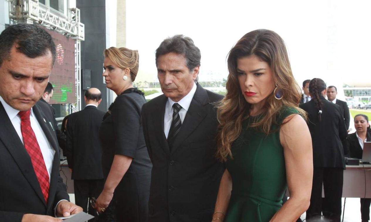 O piloto Nelson Piquet, quando chegava ao STF, para a posse do ministro Joaquim Barbosa, acompanhado de sua mulher Foto: O Globo / Givaldo Barbosa