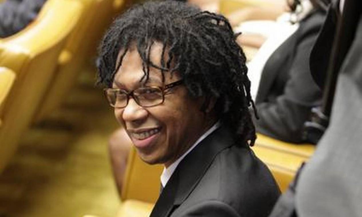 O cantor Djavan também esteve presente na posse do ministro Joaquim Barbosa Foto: O Globo / André Coelho